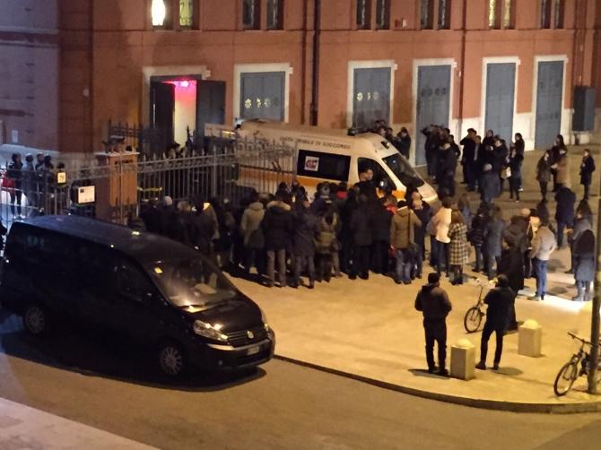 Bari, corso Cavour vicino Petruzzelli donna con la sua auto assorta dal cellulare travolge una moto, due ragazzi gravissimi in codice rosso
