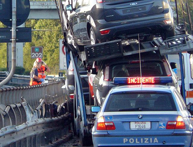 Autoarticolato si ribalta in autostrada rovesciando carico di auto, nove chilometri di coda, camionista gravissimo