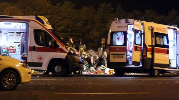 Bari, viale delle Regioni, terribile scontro nella tarda sera tra due moto, tre feriti, uno trasportato in codice rosso