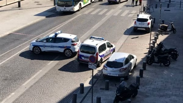 Ultim'ora Marsiglia probabile attentato terroristico, auto lanciata contro fermata autobus, morta una donna ci sono feriti