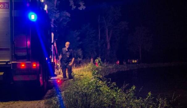 Auto nel canale, un morto e tre dispersi: tragedia sulla Rivoltana