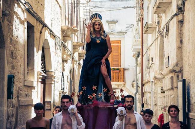 Gallipoli,panico al Gay Pride volo da un carro della madrina Eleonora Magnifico, è ferita