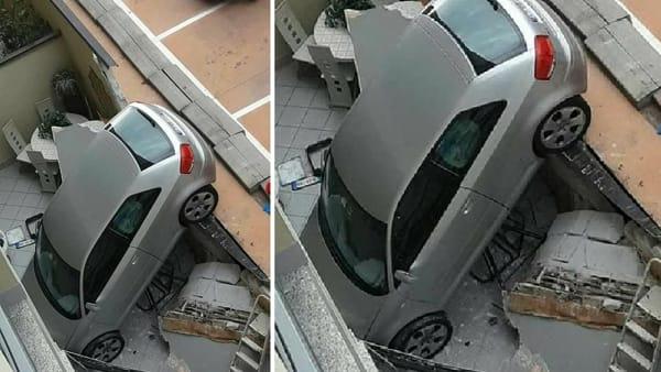 Sbaglia marcia e sfonda il parapetto del parcheggio di un supermercato, gravissime due donne e una bimba di 11 anni