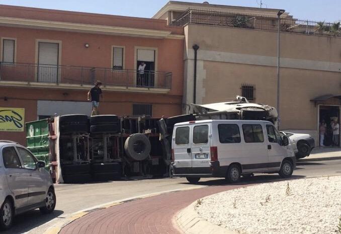 Puglia, Tir in una rotatoria perde aderenza all'asfalto e si ribalta su un furgone, feriti e traffico il tilt