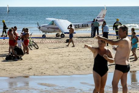Terrore in spiaggia, aereo costretto ad atterrare in spiaggia, investe ed uccide un uomo e una bimba