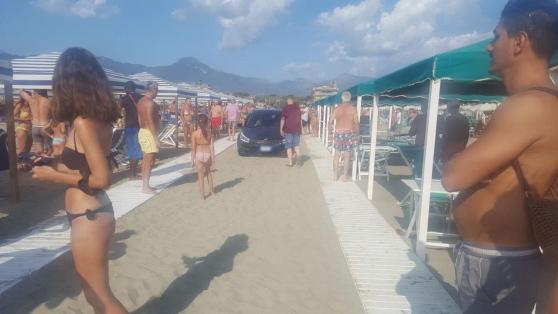 Autista ubriaco piomba sulla spiaggia con la sua auto tra i bagnati e rischia di essere linciato