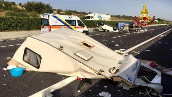 Schianto terribile sulla A14, auto che trainava roulotte si schianta contro furgone, quattro feriti gravissimi