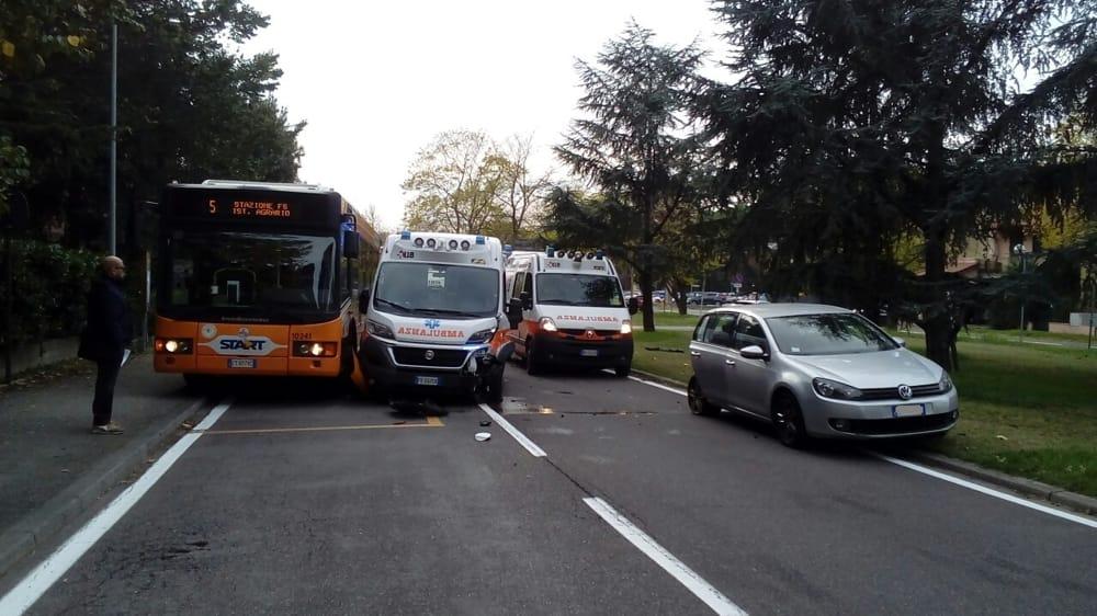 Grande paura sulle strade, impattano un autobus e un'ambulanza con a bordo due dializzati