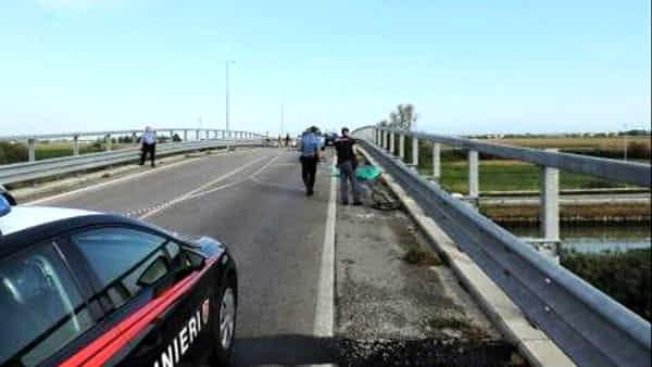 Una passeggiata in bici diventa una tragedia, turista travolto e ucciso da un'auto pirata, poi fermato conducente, 18enne ubriaco e drogato