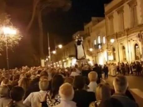 Martina Franca, terrore alla processione di San Domenico, statua del santo cade, fuggi fuggi generale, il video diventa virale