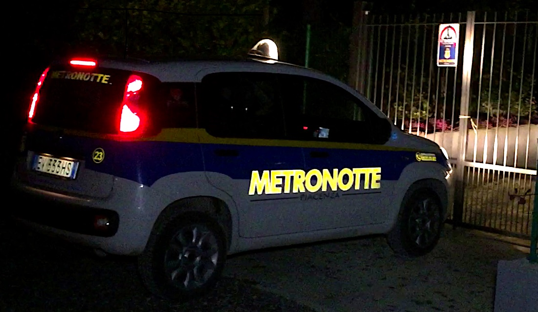 Ikea Bari scene da film, auto affianca mezzo metronotte, due banditi a volto scoperto cercano di rubargli arma e giubbotto antiproiettile
