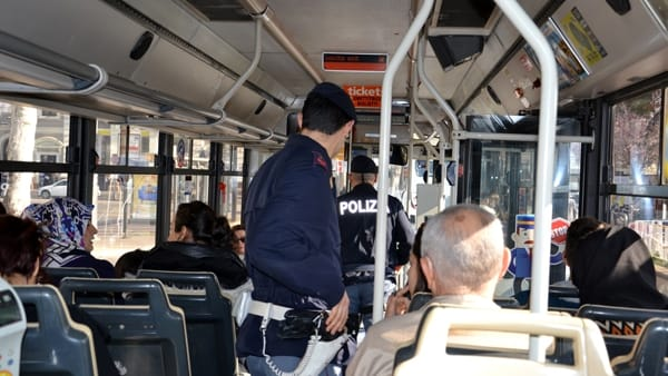 Bari follia su un bus, uomo senza biglietto picchia quattro controllori, uno rischia il distacco delle retina