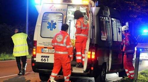 Modugno, per evitare un'auto abbandonata sulla ss.96, una coppia finisce fuori strada, gravemente feriti due giovani