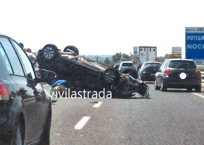 Bari, brutto incidente su statale 16, schianto tra tir e Peugeot 208, auto si ribalta, ci sono feriti gravi