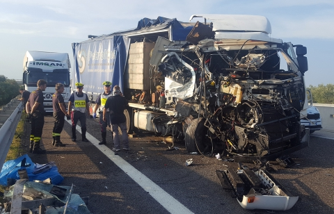 Autostrada A14 nei pressi di Bari, scontro tra due camion, circolazione bloccata impiegate gru speciali, due feriti