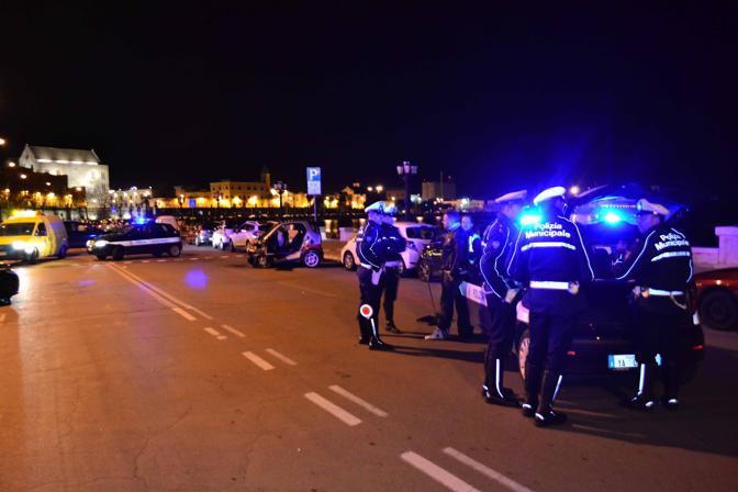 Lungomare di Bari, violentissimo incidente scontro tra due auto, una si è ribaltata, a lavoro vigili del fuoco per estrarre feriti dalle lamiere