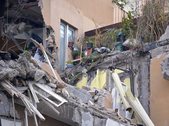 Puglia, crolla un solaio di un palazzo, i pompieri scavano nelle macerie, 4 i feriti, gravissima bimba di 5 anni