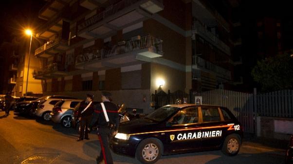 Furgone rom spericolato semina il panico in strada: esplode la guerriglia tra nomadi e residenti, tre feriti
