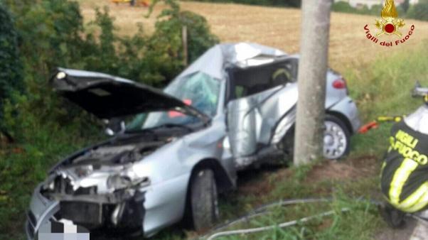 Per postare i video in diretta mentre guida, 32enne perde il controllo dell'auto e muore sul colpo