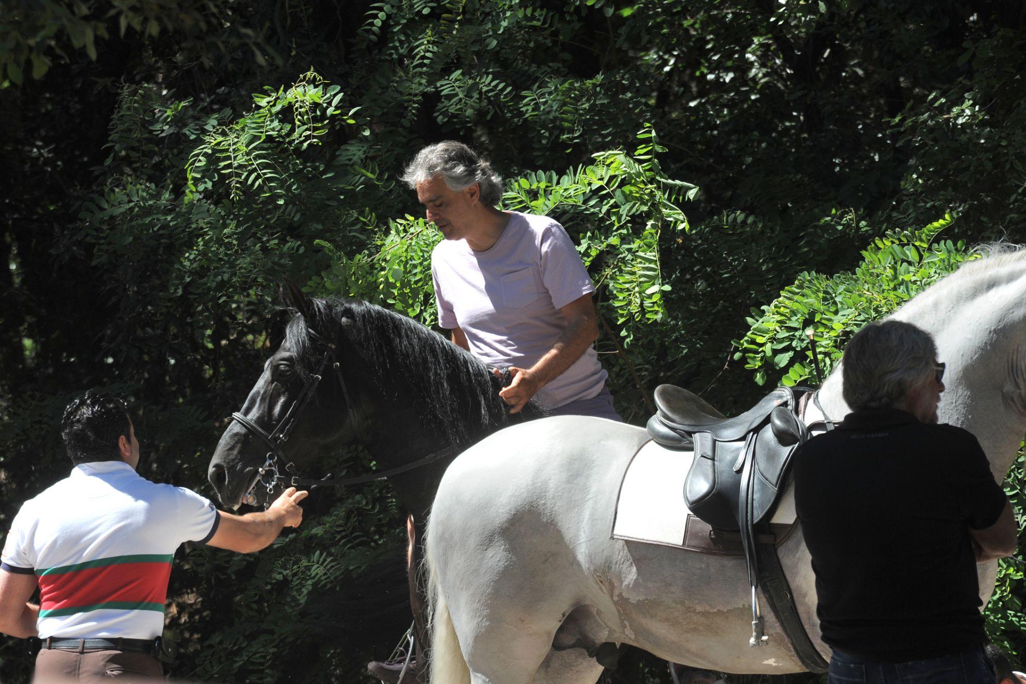 Brutto incidente per Andrea Bocelli cade da cavallo sbattendo violentemente la testa, ricoverato d'urgenza