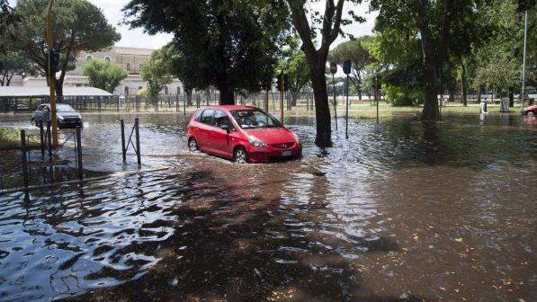 Violento temporale a Roma, strade allagate e metropolitane in tilt