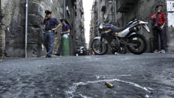 Sparatoria in pieno centro, entrano in azione quattro killer in sella a scooter, due i morti