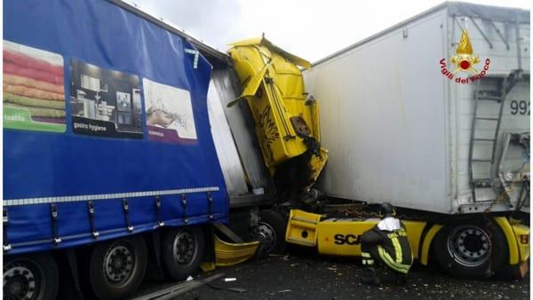 Inferno in autostrada, scontro tra tir un morto e due feriti, e 12 km di coda