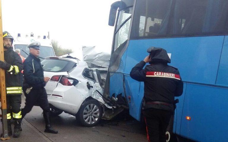 Puglia, tremendo scontro frontale tra bus e auto, un morto, la vittima schiacciata all'interno del veicolo, alcuni viaggiatori feriti