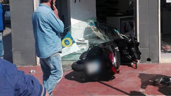 Puglia, violentissimo incidente tra auto e moto, la moto ha sfondato la vetrina di un negozio, grave centauro