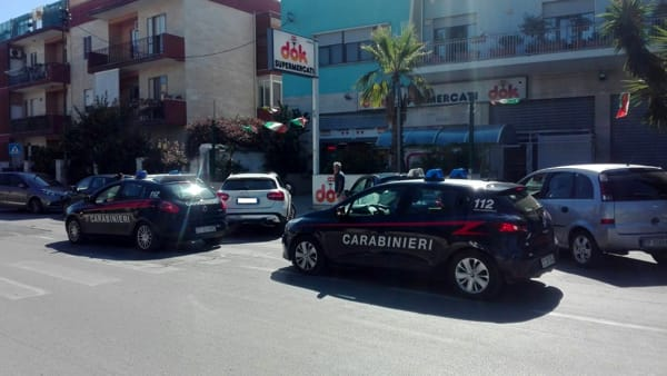 Puglia, rapina a supermercato Dok, due banditi fanno irruzione armati di pistola, figlio del titolare reagisce