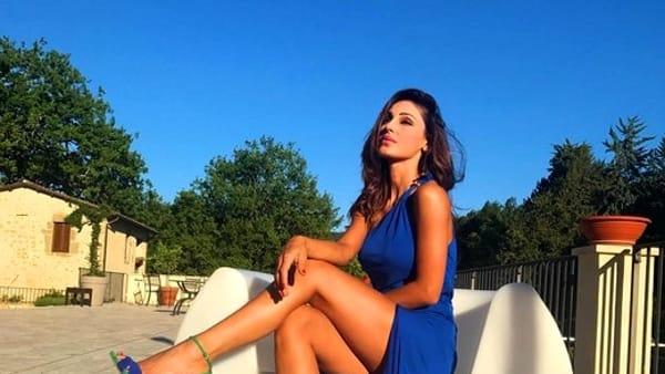 Mistero per la salute di Anna Tatangelo, per improvviso malore concerto rinviato