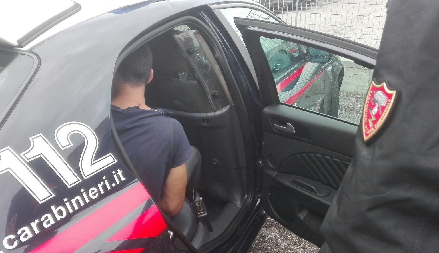 Puglia, giovane ha un raptus di rabbia e distrugge diverse auto in sosta, intervenute 4 auto della polizia