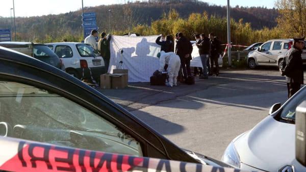 Medico apre la sua auto per andare a lavoro e trova il cadavere di un uomo