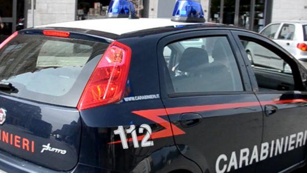 Puglia, donna aggredita selvaggiamente per strada in pieno centro da un immigrato, l'uomo di colore rischia il linciaggio