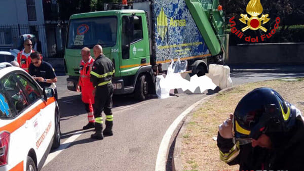 Impatto violentissimo ciclista travolto e ucciso da camion della raccolta rifiuti
