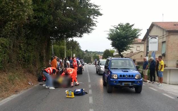 Auto pirata travolge un gruppo di ciclisti e sparisce nel nulla, tre feriti, uno gravissimo