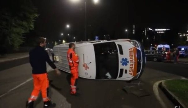 San Carlo, incidente bis davanti all'ospedale: auto si ribalta