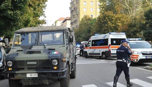 Uomo scende dalla macchina e viene travolto da un mezzo dell'Esercito: morto sul colpo