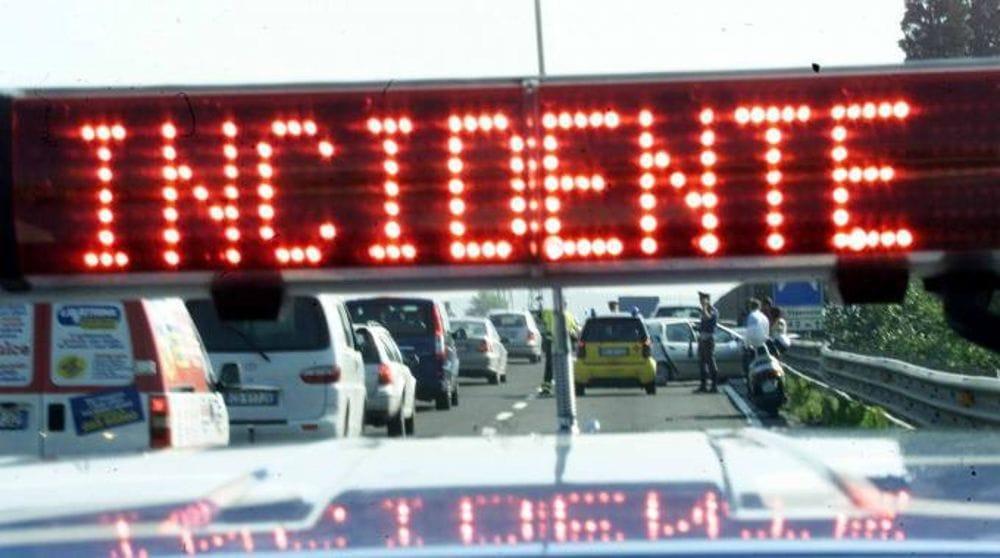 Inferno in autostrada, schianto fra 5 mezzi, una corriera e un autocarro, è caos. Un ferito grave, subito dopo altri tre tamponamenti