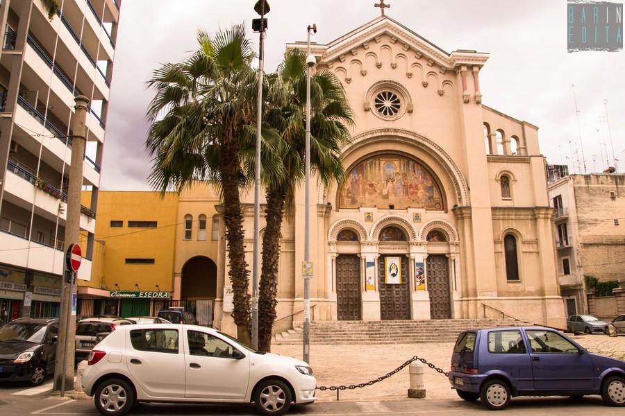 Bari, al Madonnella colpi di fucile contro una vetrata di un portone accanto ad una pizzeria panico tra i clienti