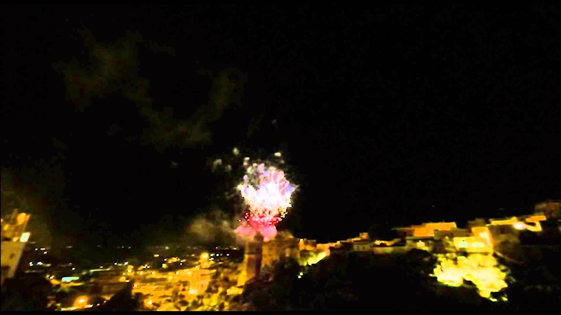 Puglia, terrore tra la folla, durante festa i fuochi pirotecnici colpiscono il pubblico che assisteva, alcune persone ustionate – video