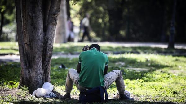 Roma, è ribellione per tentata violenza in pieno giorno in un'area frequentatissima, un ivoriano aggredisce una ragazza