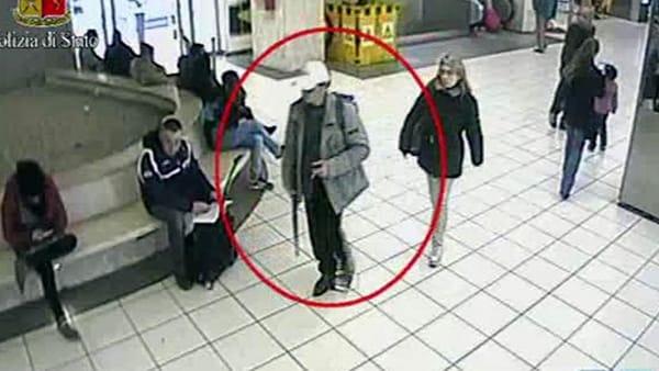 Gira per la città armato di Kalashnikov, massacra di botte un ragazzo, stava cercando due persone che infastidivano la madre