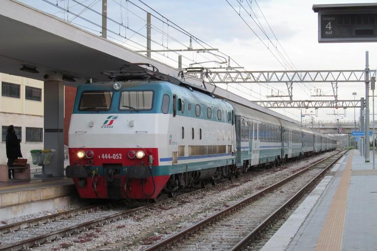 Treno Foggia – Bari, scene di ordinaria follia, migrante invitato a scendere perché sprovvisto di biglietto sferra pugno in faccia a capotreno