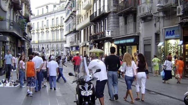 Amore geloso e violento, accoltella la propria compagna in strada tra la folla, la donna voleva lasciarlo