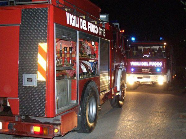Devastante Incendio in pizzeria, evacuati 100 clienti: locale distrutto