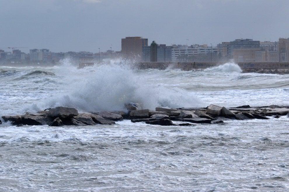 Puglia, allerta meteo dalla prossima mezzanotte per possibili mareggiate e venti di burrasca, calo termico fino a quindici gradi in meno