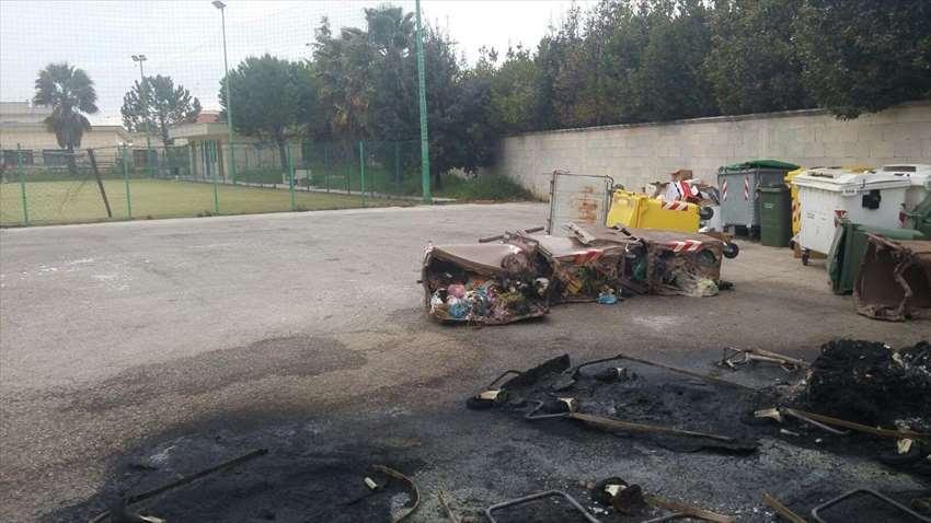 Bari, donne in rivolta a San Pio per raccolta differenziata, bruciati i cassonetti