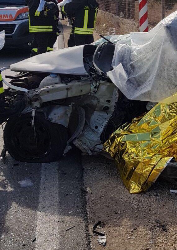 Puglia incidente mortale, auto si scontra contro bus, muore 25enne, grave una ragazza