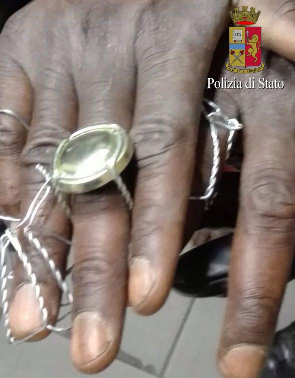 Bari, ivoriano fa rapina in villa, all'arrivo dei poliziotti si nasconde sotto il letto, scoperto liaggredisce con una forbice